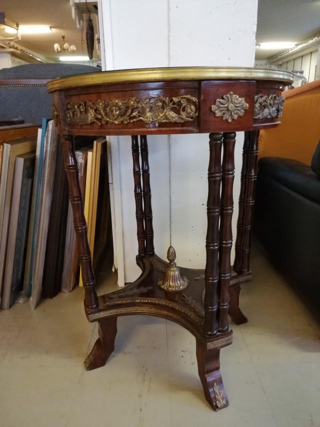 Renessanssi pöytä Intarsia istutuksilla