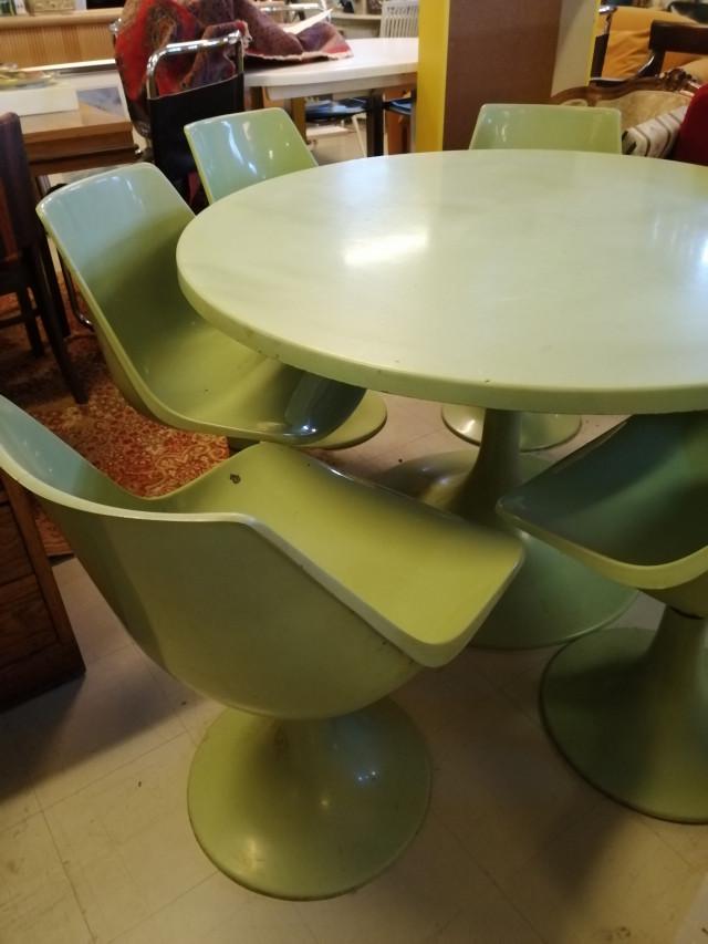 Pöytä ja 5 tuolia