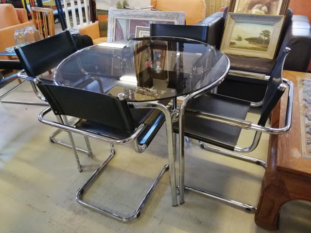 Italialainen Design ruokapöytä ja neljä tuolia