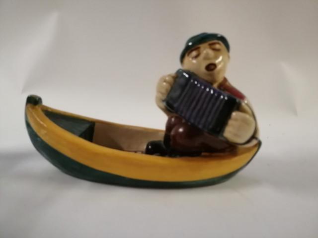 Kupittaan Saven Haitarin soittaja veneessä