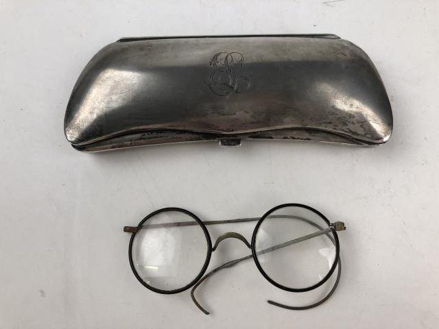 Hopeinen silmälasikotelo