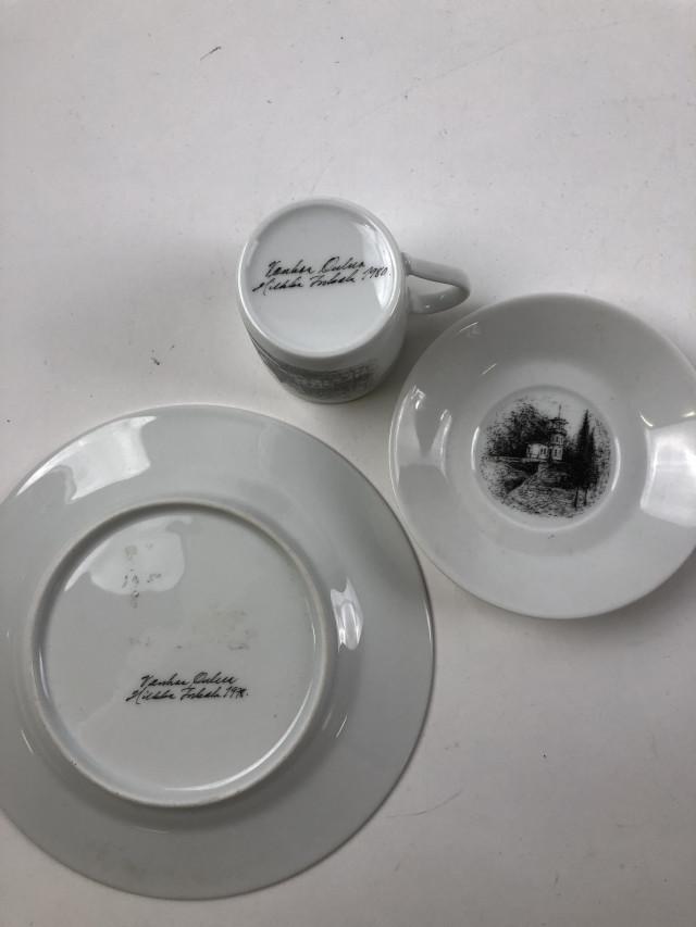 Erä lautasia ja kahvikupit