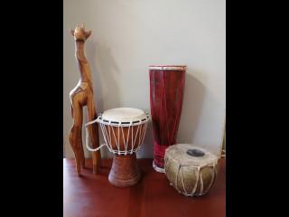 Erä afrikkalaista esineistöä