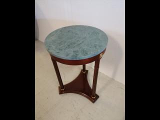 Kivipintainen pöytä