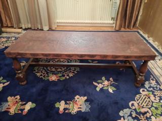Pöytä nahkaisella koristepinnalla