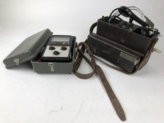 Puhelin Ericsson pakeliittia ja sähkölaite