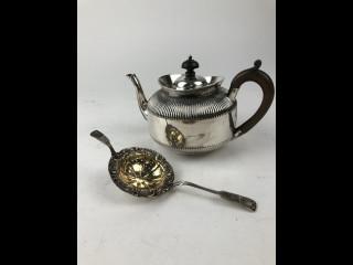 Teekannu ja hopeinen sihti