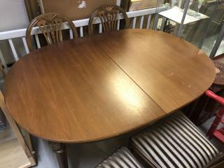 Ruokapöytä ja 5 tuolia